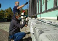 Ο πρόεδρος και Τοπικοί Σύμβουλοι βάφουν τα κάγκελα του Δημοτικού Σχολείου Καστρακίου